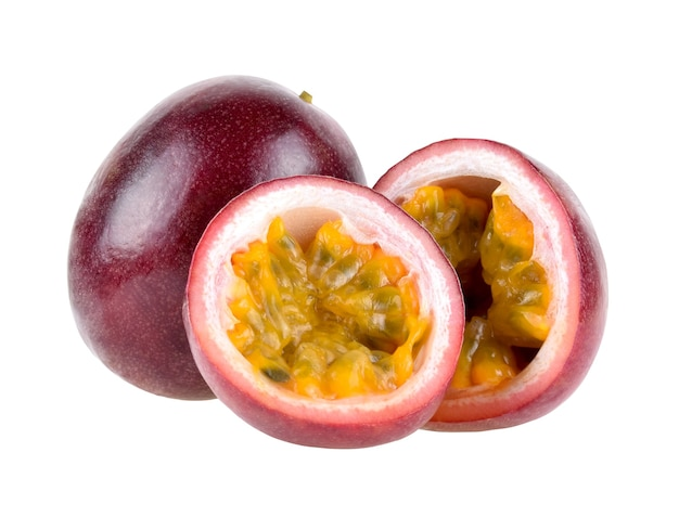 Purpurowe owoce męczennicy z przecięciem na pół na białym tle.