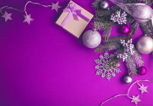Purpurowe tło boże narodzenie prezent, jodły, zabawki i łuki