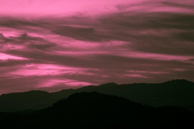 Purpurowe tło na apokaliptyczną noc