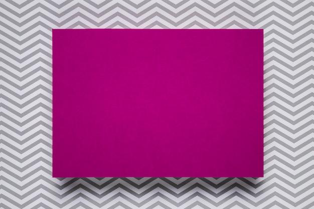 Purpurowe zaproszenie z monochromatycznym tłem