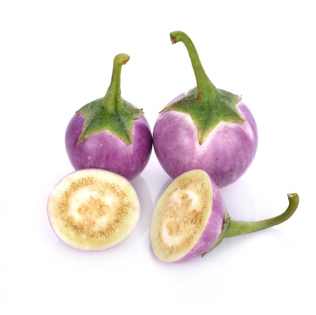 Purpurowy brinjal odizolowywający na białym tle