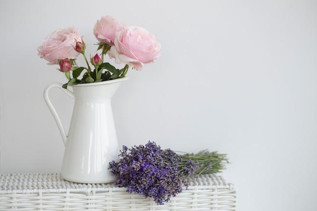 Purpurowy bukiet róż i lawendy