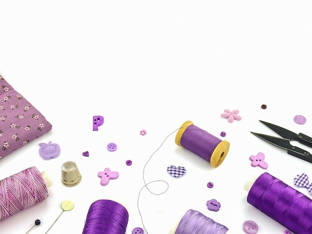 Purpurowy haft ustawiony na białym tle