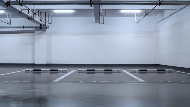 Purpurowy parkingu bez samochodów