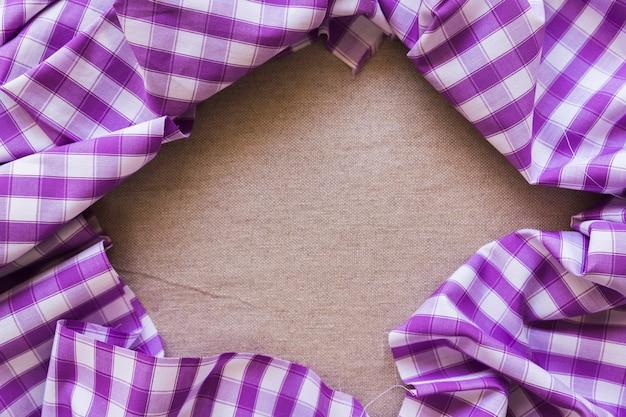 Purpurowy w kratkę deseniowy tekstylny tworzy ramę