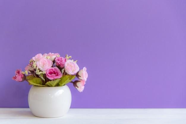 Purpury ściana z kwiatami na szelfowym białym drewnie, kopii przestrzeń dla teksta. martwa natura koncepcja