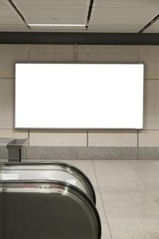 Puści billboardów plakaty w staci metru dla reklamować.