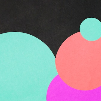 Puści kolorowi geometryczni okręgi na czarnym tle