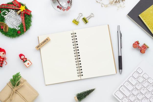 Puści notatnika i boże narodzenie ornamenty na bielu