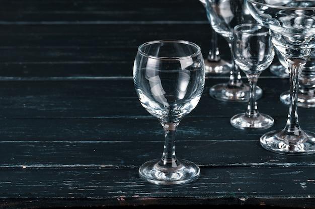 Puści szkła dla napojów na ciemnym tle