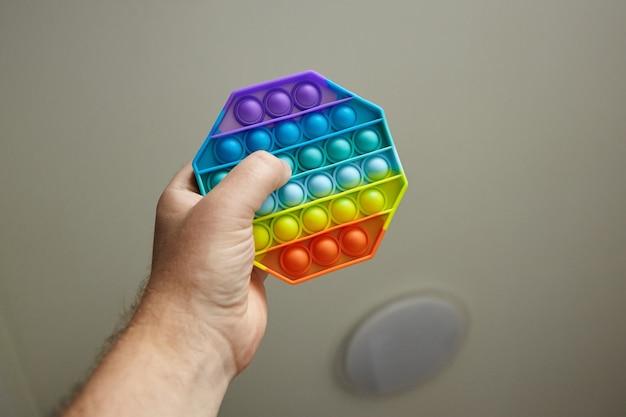 Push pop bubble sensoryczna zabawka typu fidget w męskiej dłoni