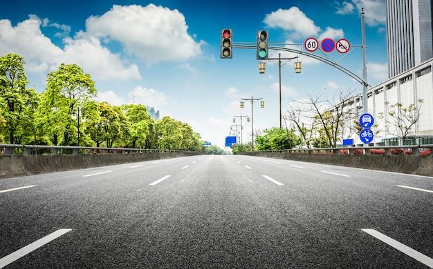 Pusta asfaltowa droga przez nowoczesne miasto w chinach.