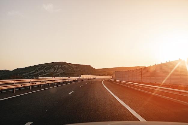 Pusta autostrada o świcie, widok z perspektywy kierowcy w samochodzie
