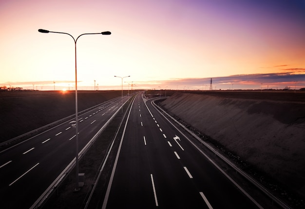 Pusta autostrada o świcie