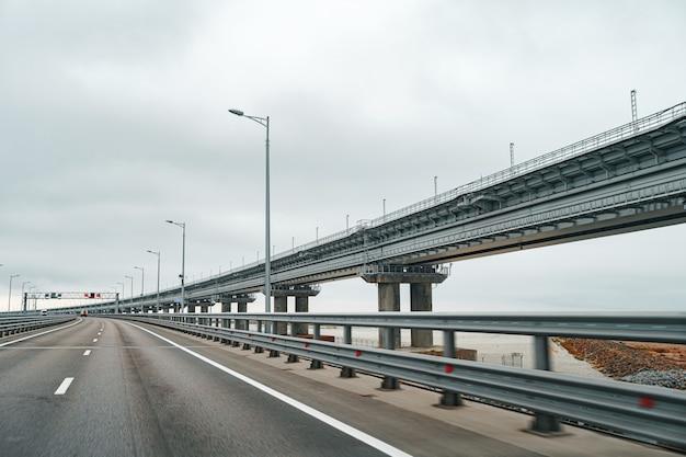 Pusta autostrada z dobrą drogą asfaltową i pochmurnym niebem