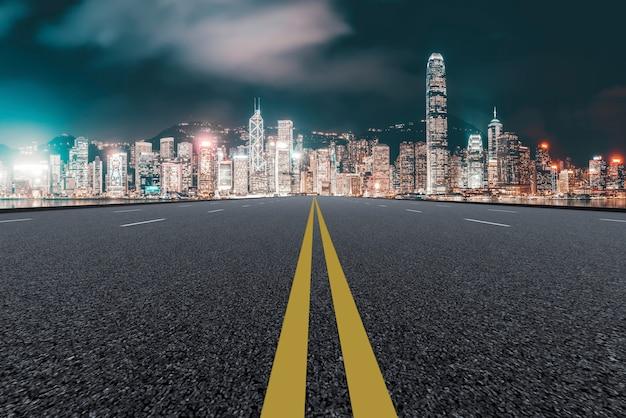 Pusta autostrada z pejzaż miejski chiny