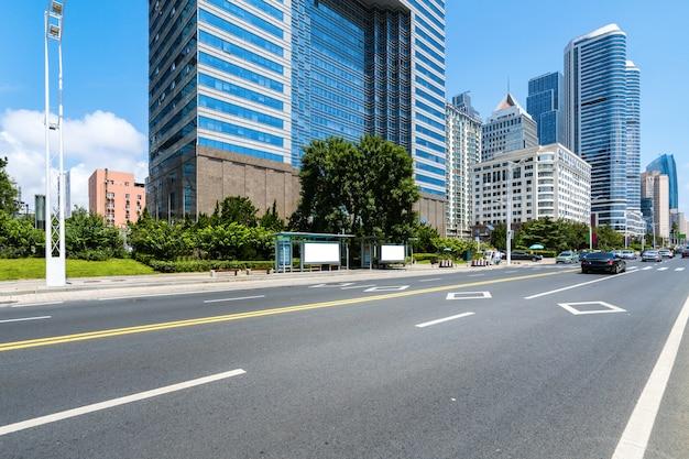Pusta autostrada z pejzażem miejskim i linią horyzontu qingdao, chiny.