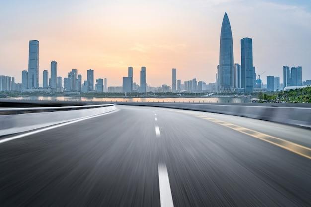 Pusta autostrada z pejzażem miejskim i linią horyzontu shenzhen, chiny.