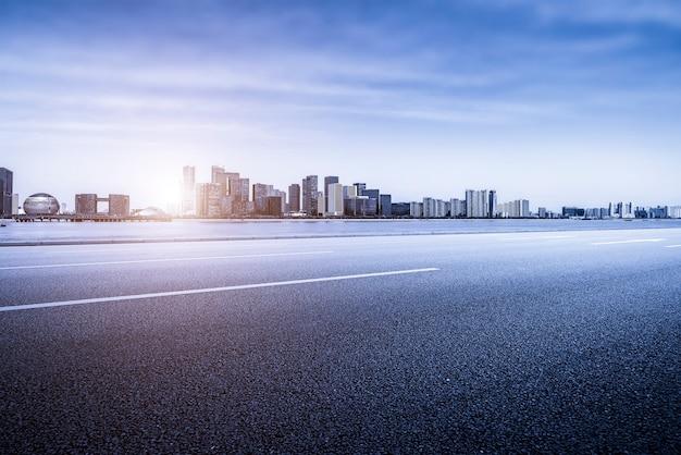 Pusta autostrada z pejzażem miejskim w chinach