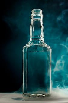 Pusta bezbarwna szklana butelka