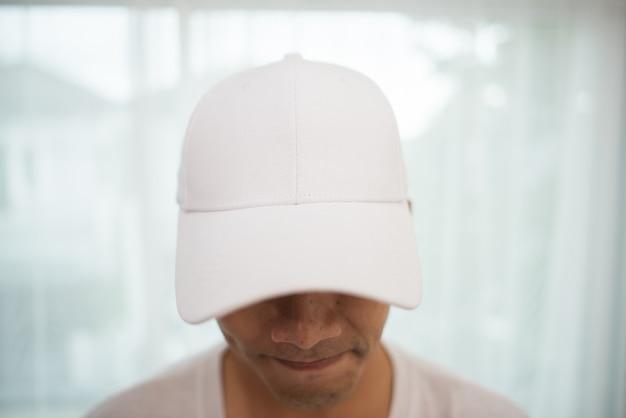 Pusta biała czapka na głowie gotowa na branding.