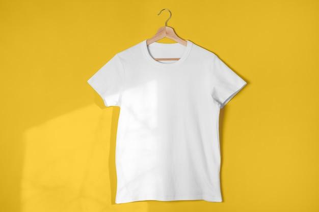 Pusta biała koszulka na jasnożółtym tle