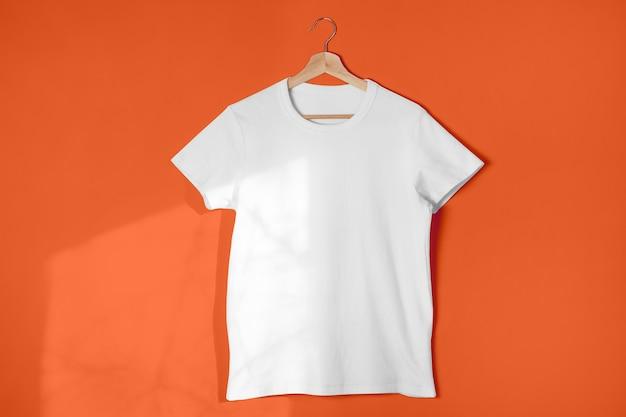 Pusta biała koszulka w kolorze jasnopomarańczowym