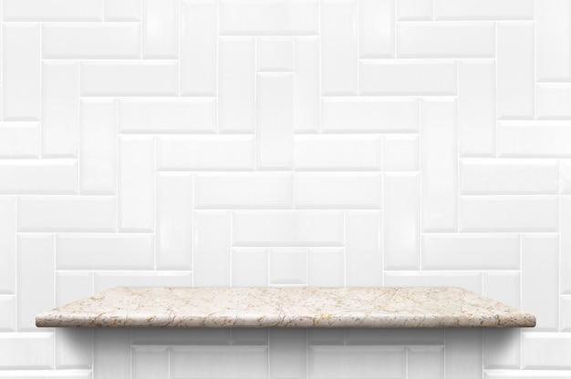 Pusta biała marmurowa półka przy białym ceramicznej płytki ściany tłem