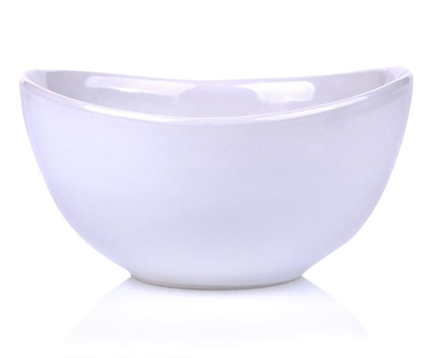 Pusta biała miska na białym tle.