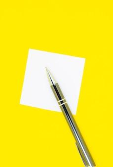 Pusta biała naklejka z listą zadań do wykonania z piórem. wyszukiwanie informacji w internecie. zamknij się z papieru uwaga przypomnienie na żółtym tle.
