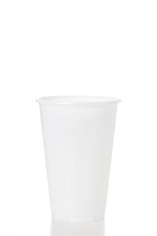 Pusta biała plastikowa filiżanka odizolowywająca na białym tle strzela w studiu.
