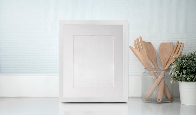 Pusta biała ramka na białym stole