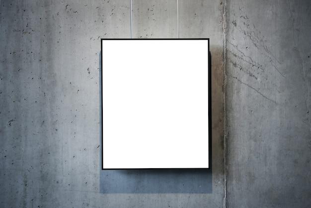 Pusta biała ramka na białym tle na ścianie
