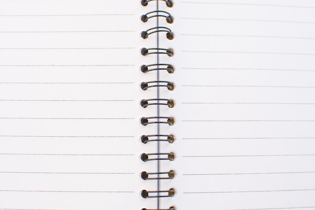 Pusta biała strona notebooka.
