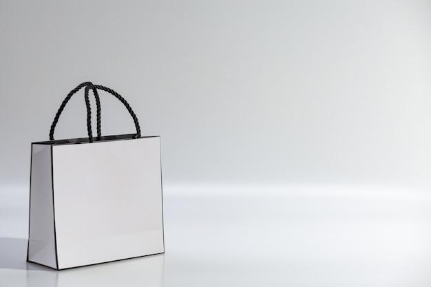 Pusta biała torba na zakupy na niebieskim tle, widok z góry