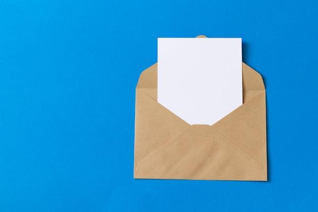 Pusta biel karta z kraft brązowego papieru koperty szablonu egzaminem próbnym up