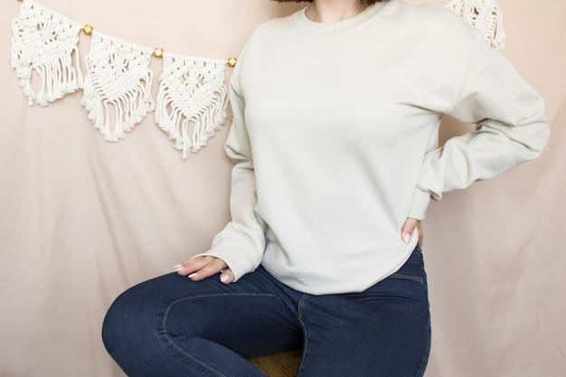 Pusta bluza makieta kobieta nosi zwykłą makieta z kapturem