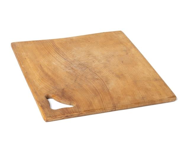 Pusta brązowa kwadratowa drewniana deska do krojenia na białym tle