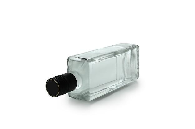 Pusta butelka napoju na białym tle na białej ścianie