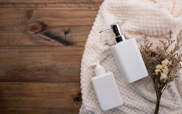 Pusta butelka, naturalny produkt do pielęgnacji skóry, koncepcja produktu kosmetycznego