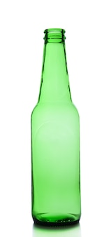 Pusta butelka szklana na białym tle