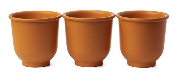 Pusta ceramiczna doniczka brązowy na białym tle na białym tle, z bliska