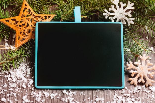 Pusta chalkboard rama nad bożego narodzenia tłem