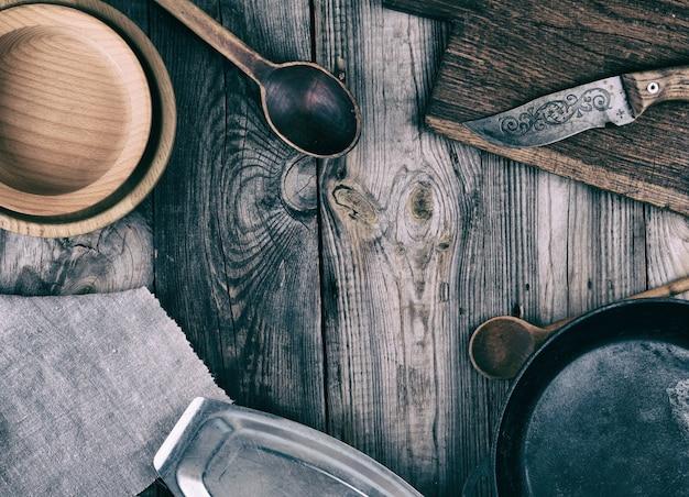 Pusta czarna okrągła patelnia, talerz i deska do krojenia