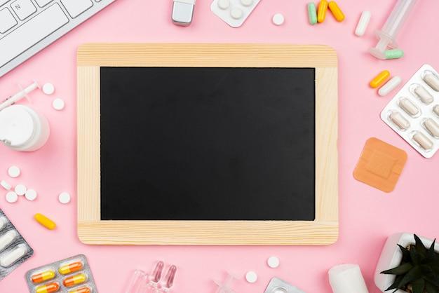 Pusta czarna tablica obok układu biurka medycznego