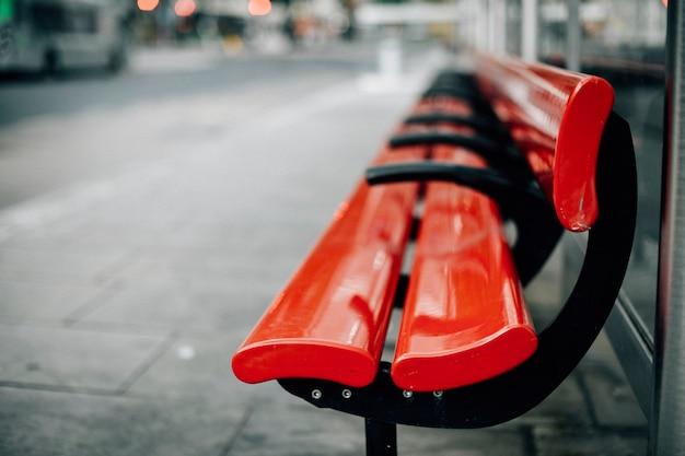 Pusta czerwona ławka w mieście