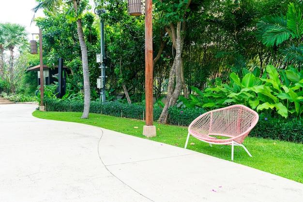 Pusta dekoracja ławki w parku ogrodowym