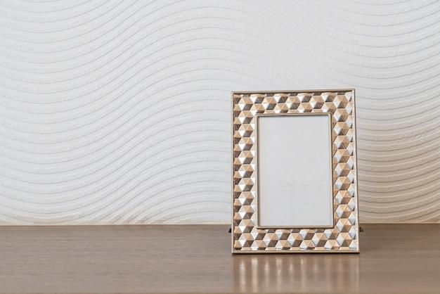Pusta dekoracja ramki na zdjęcia na białej ścianie z miejscem na kopię