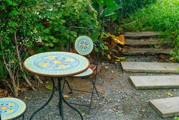 Pusta dekoracja stołu na patio w ogrodzie