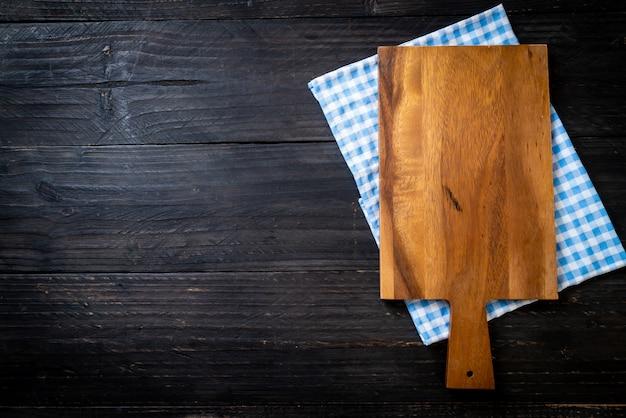 Pusta deska do krojenia z ściereczką kuchenną